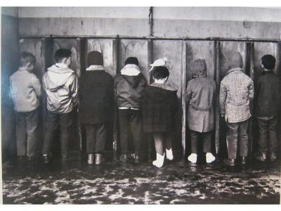 Pinkelnde Jungs Kunstdruck Größe 30 x 24 cm